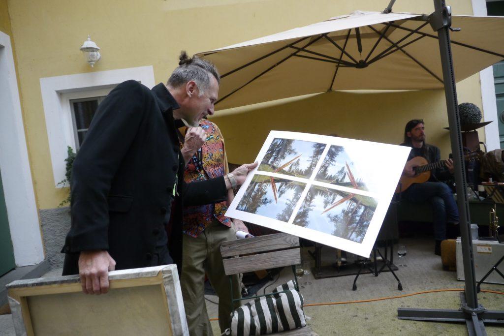 "Kogelnig bei Versteigerung mit Foto von R. Jung: ""Corona-Bumerang"". Kogelnig na dražbi s fotografijo R. Junga: \""Korona bumerang\""."