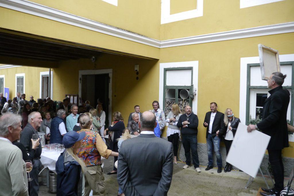 Gruppenfote während der Versteigerung. Skupna fotografija med dražbo.