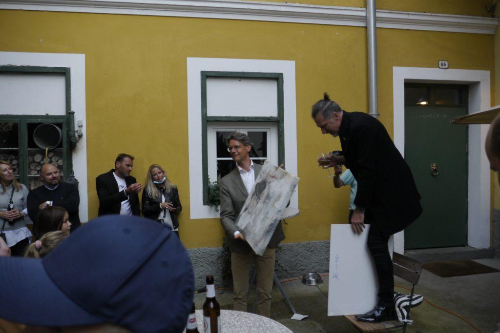 Miha Kampuš hat das Bild von Sissi Schupp ersteigert. Miha Kampuš je na dražbi kupil sliko Sissi Schupp.