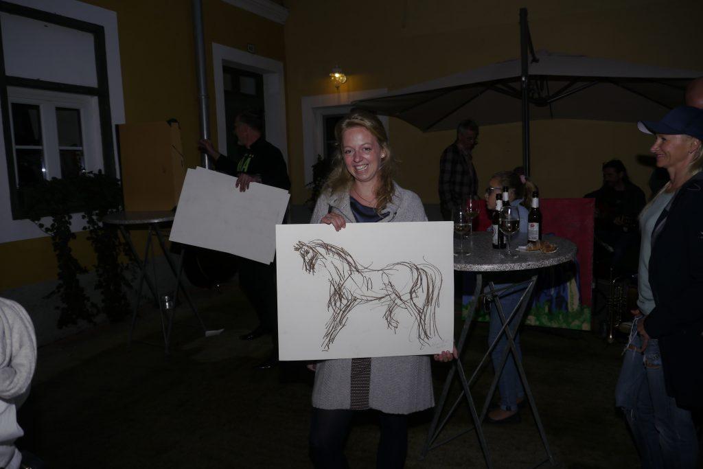 "Nina Neuner hat ein ""Pferd"" von H. Hiesberger ersteigert. Nina Neuner je kupila sliko ""Konj"" od H. Hiesbergerja."