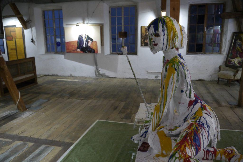 """Johann Kogelnig: Statue """"Muse der Malerei"""" bemalt von Besuchern der Ausstellung. Kip """"Muza slikarstva"""", poslikava obiskovalcev."""